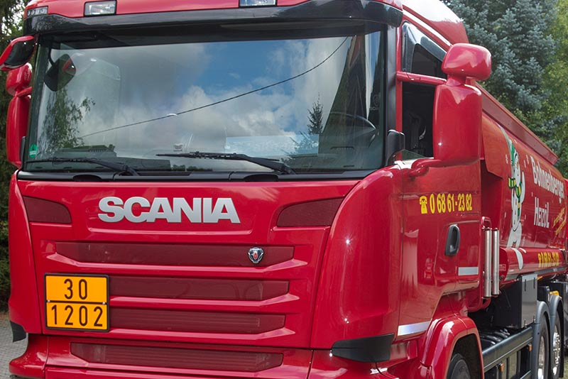 Frontansicht eines roten LKWs